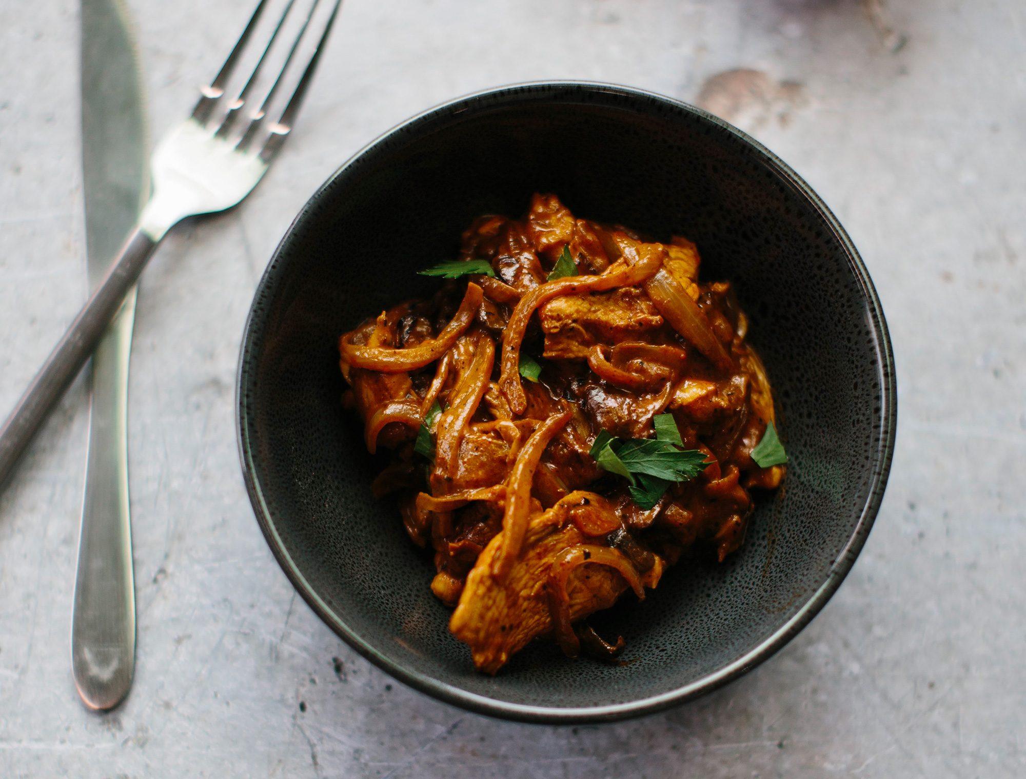 Chicken and onion stroganoff
